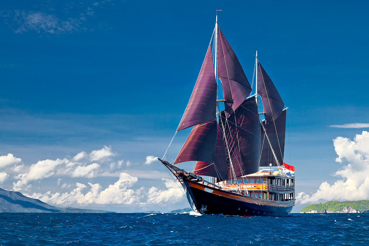 Indonesia yacht charter Dunia Baru - under sail